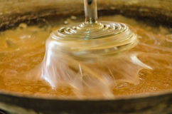 Процесс делать сахар кокоса нерезкость предпосылки запачкала движение frisbee задвижки скача к Стоковое Изображение RF