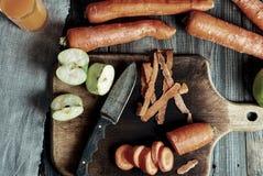 Процесс делать сок моркови яблока Стоковые Фото