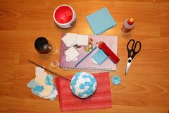 Процесс делать фигурную стрижку кустов & x28; бумажное flower& x29; стоковое изображение rf