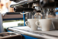 Процесс заваривать кофе в славной столовой Стоковые Фотографии RF