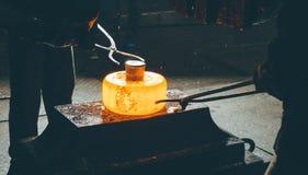 Процесс ковать металл стоковые фото