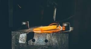 Процесс ковать металл стоковая фотография rf