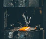 Процесс ковать металл стоковые изображения