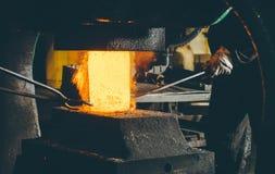 Процесс ковать металл стоковые фотографии rf