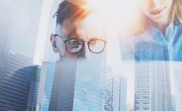 Процесс команды дела работая на солнечном офисе Бизнесмен 2 на солнечном офисе крупного плана eyedroppers высокий разрешения взгл Стоковое Изображение RF