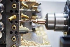 Процесс конца-вверх металла подвергая механической обработке путем сверлить стоковые изображения rf