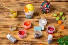 Процесс красить пасхальные яйца, чонсервные банкы краски, яркий блеск Стоковая Фотография RF