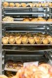Процесс кренов выпечки Жаркое с плюшками и печеньями bakersfield стоковое изображение