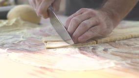 Процесс крупного плана делая домодельные макаронные изделия Вырезывание повара шеф-повара с тестом ножа свежим для итальянских тр сток-видео