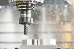 Процесс металла подвергая механической обработке мельницей стоковое фото rf