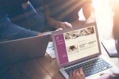 Процесс метода мозгового штурма команды дела Рынки сотрудников Startup онлайн Менеджер используя современные электронные устройст Стоковые Изображения