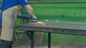 Процесс молоть пробелы металла, продукция дверей металла акции видеоматериалы