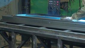 Процесс молоть пробелы металла, продукция дверей металла сток-видео