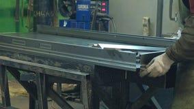 Процесс молоть пробелы металла, продукция дверей металла видеоматериал