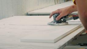 Процесс молоть части фасадов мебели Отполированные детали мебели, фасады r акции видеоматериалы