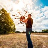 Процесс настраивать вертолет перед полетом Стоковая Фотография
