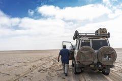 - Процесс отрывать автомобиль в пустыне Namibe стоковое фото rf