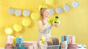 Процесс очищать блюда после дня рождения сток-видео