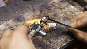 Процесс паять кольцо золота факелом видеоматериал