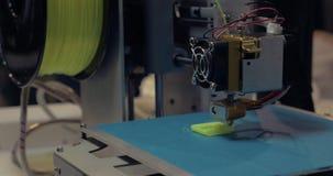 Процесс печатания 3D с пластичной нитью провода на принтере 3D