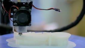 Процесс печати пластиковой модели на автоматической handmade машине принтера 3d видеоматериал