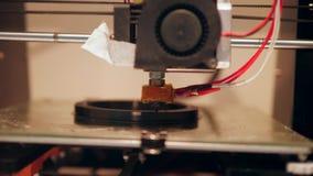 процесс печати 3D с пластичной нитью провода на принтере 4K сток-видео