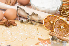 Процесс печь домодельные печенья. Стоковые Фото