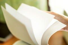 Процесс поворачивать белую бумагу офиса Стоковые Изображения RF