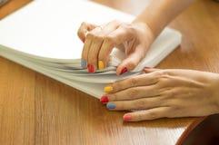 Процесс поворачивать белую бумагу офиса Стоковое фото RF