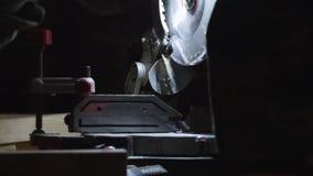 Процесс подготовки желтых деревянных планок для резать новой современной круглой пилой сток-видео