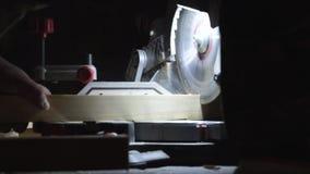 Процесс подготовки желтых деревянных планок для резать совершенно новой круглой пилой видеоматериал