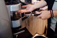 Процесс подготовки кофе стоковое фото rf