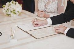 Процесс подписания самого важного документа в вашей жизни Стоковая Фотография RF