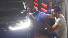 Процесс полировать тело автомобиля видеоматериал