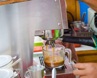 процесс подготовки фото машины выдержки espresso кофе длинний Стоковые Фотографии RF