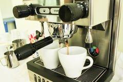 процесс подготовки фото машины выдержки espresso кофе длинний Стоковое Изображение