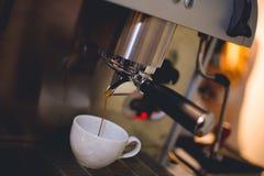 процесс подготовки фото машины выдержки espresso кофе длинний Стоковые Изображения