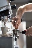 Процесс принятия кофе; чашка эспрессо и машина кофе; Стоковые Изображения RF