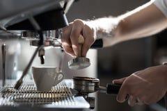 Процесс принятия кофе; чашка эспрессо и машина кофе; Стоковые Фото