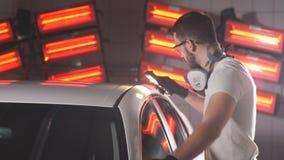 Процесс проверять качество полировать тела автомобиля сток-видео