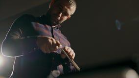 Процесс производства кожаный бумажник handmade Ремесленник регулирует часть кожи с огнем handmade акции видеоматериалы