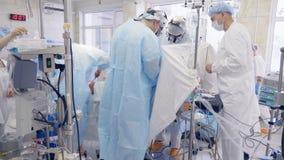 Процесс работы бригадой хирургов на больнице сток-видео