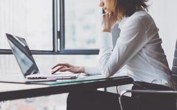 Процесс работы в современном офисе Главный бухгалтер молодой женщины работая на деревянной таблице с новым проектом дела печатать Стоковое Изображение RF