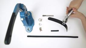Процесс работы с кожаным продуктом Используйте инструмент для прокалывания изолировано акции видеоматериалы