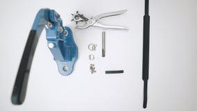 Процесс работы с кожаным продуктом Подготовка продукта изолировано акции видеоматериалы