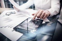 Процесс работы управление при допущениеи риска Изобразите таблетку касающего экрана документов обзора состояния рынка торговца ра Стоковая Фотография RF