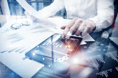 Процесс работы управление при допущениеи риска Изобразите таблетку касающего экрана документа обзора состояния рынка торговца раб Стоковое фото RF