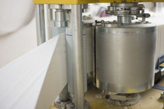 Процесс различных бумажных продуктов изготовляя внутри помещения Стоковая Фотография RF