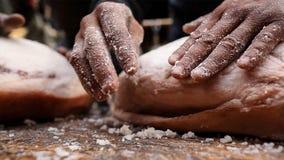 Процесс распространенного соли равномерно на ветчине и отжать ее повторно к делать ветчину Nuodeng в сельской местности Китае стоковая фотография