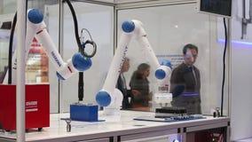 Процесс руки робота motoman HC10 Yaskawa работая на Messe справедливо в Ганновере, Германии видеоматериал